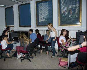 מתנדבת ויקימדיה ישראל מדריכה את תלמידי תכנית אלפא כיצד לערוך בוויקיפדיה