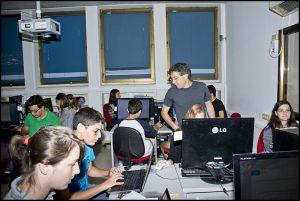 מתנדב ויקימדיה ישראל מדריך את תלמידי תכנית אלפא כיצד לערוך בוויקיפדיה